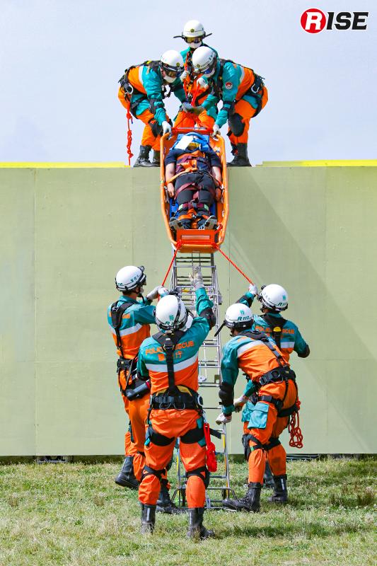 【土砂崩落現場からの救出救助訓練】機動救助隊により横転した電車内部から要救助者が救出される。