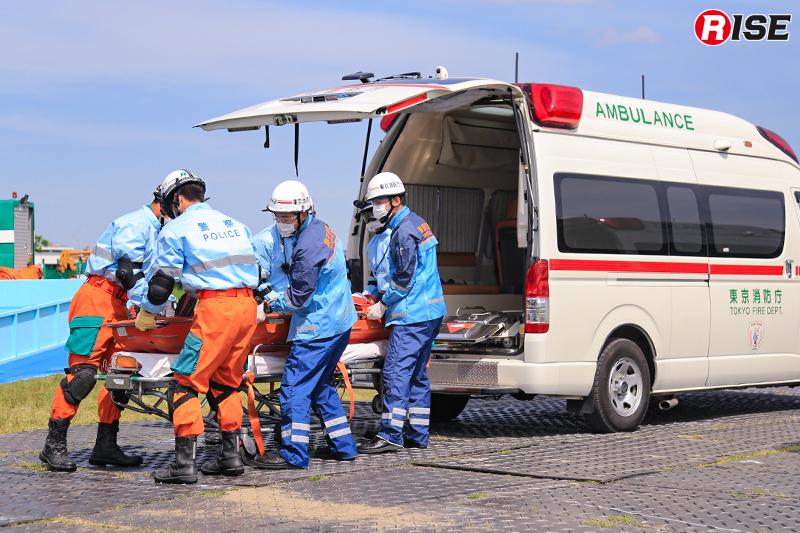 【土砂崩落現場からの救出救助訓練】救出された要救助者を東京消防庁の救急隊が搬送する。