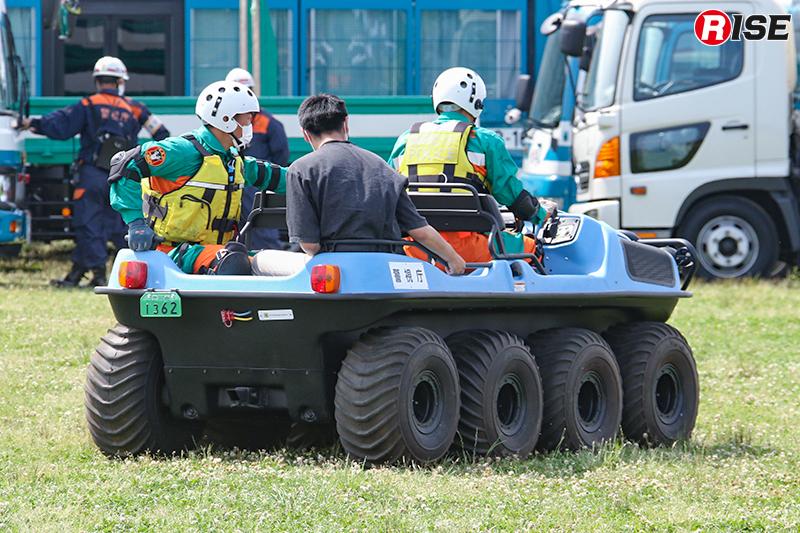 【避難誘導・水防工法訓練】歩行不能な要救助者を水陸両用バギーにて搬送。