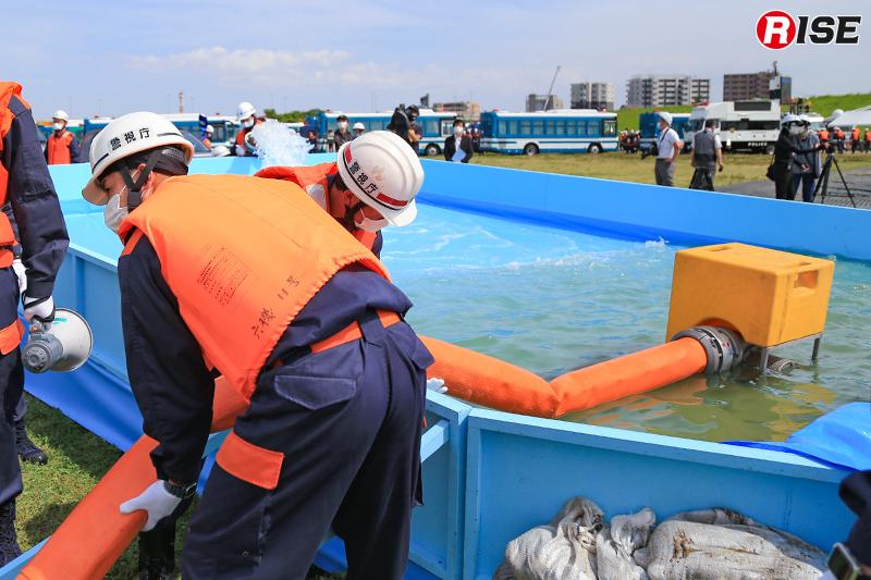 【避難誘導・水防工法訓練】水を災害用大量排水システム車のポンプで排出する。