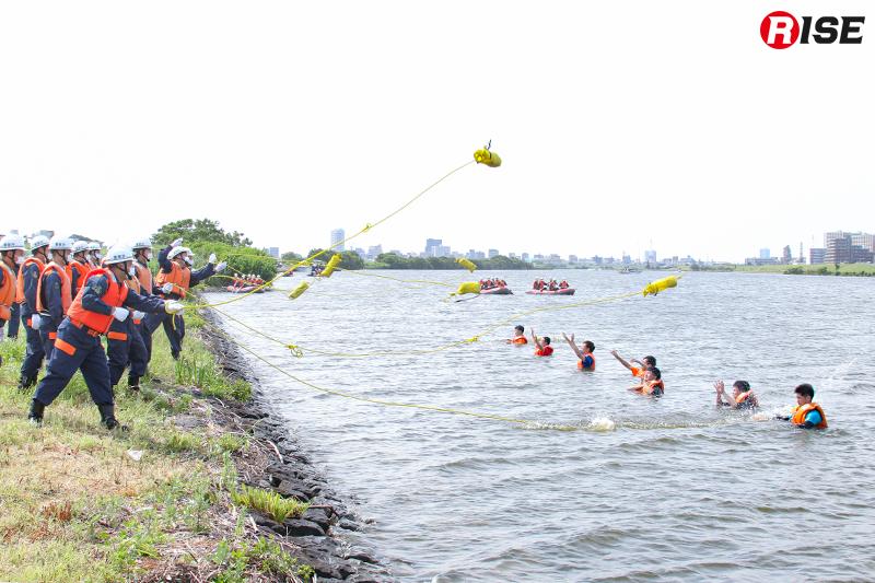 【浸水家屋・漂流者の救出救助訓練】岸に近い漂流者は陸上よりスローバッグにて救出を図る。
