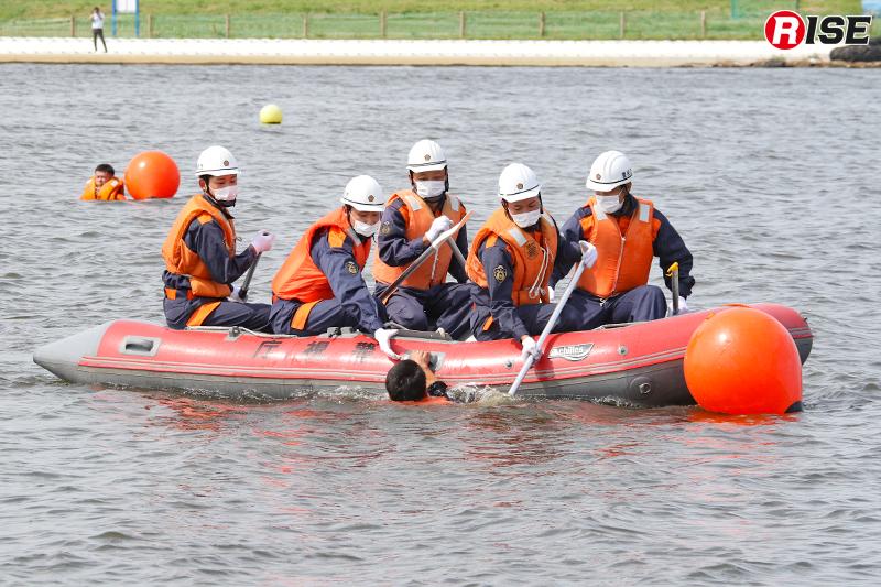 【浸水家屋・漂流者の救出救助訓練】陸から離れた漂流者はゴムボートなどにより救出。