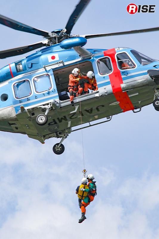 【浸水家屋・漂流者の救出救助訓練】浸水家屋に取り残された要救助者を航空隊の「おおとり2号」により救出。