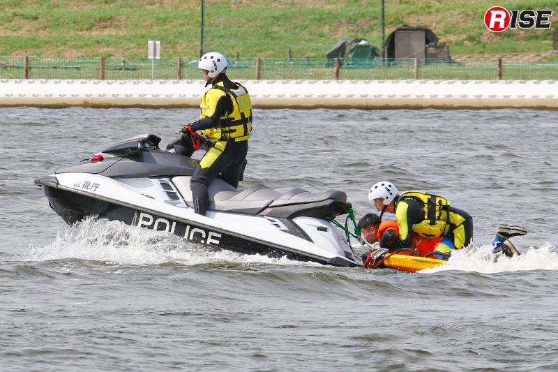 【浸水家屋・漂流者の救出救助訓練】漂流者を水上バイクに接続したライフスレッドに収容し救出する。
